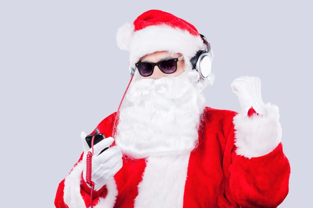 santa-music-listening-6c